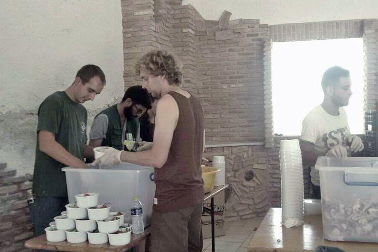Reparto de alimentos en campamento africano
