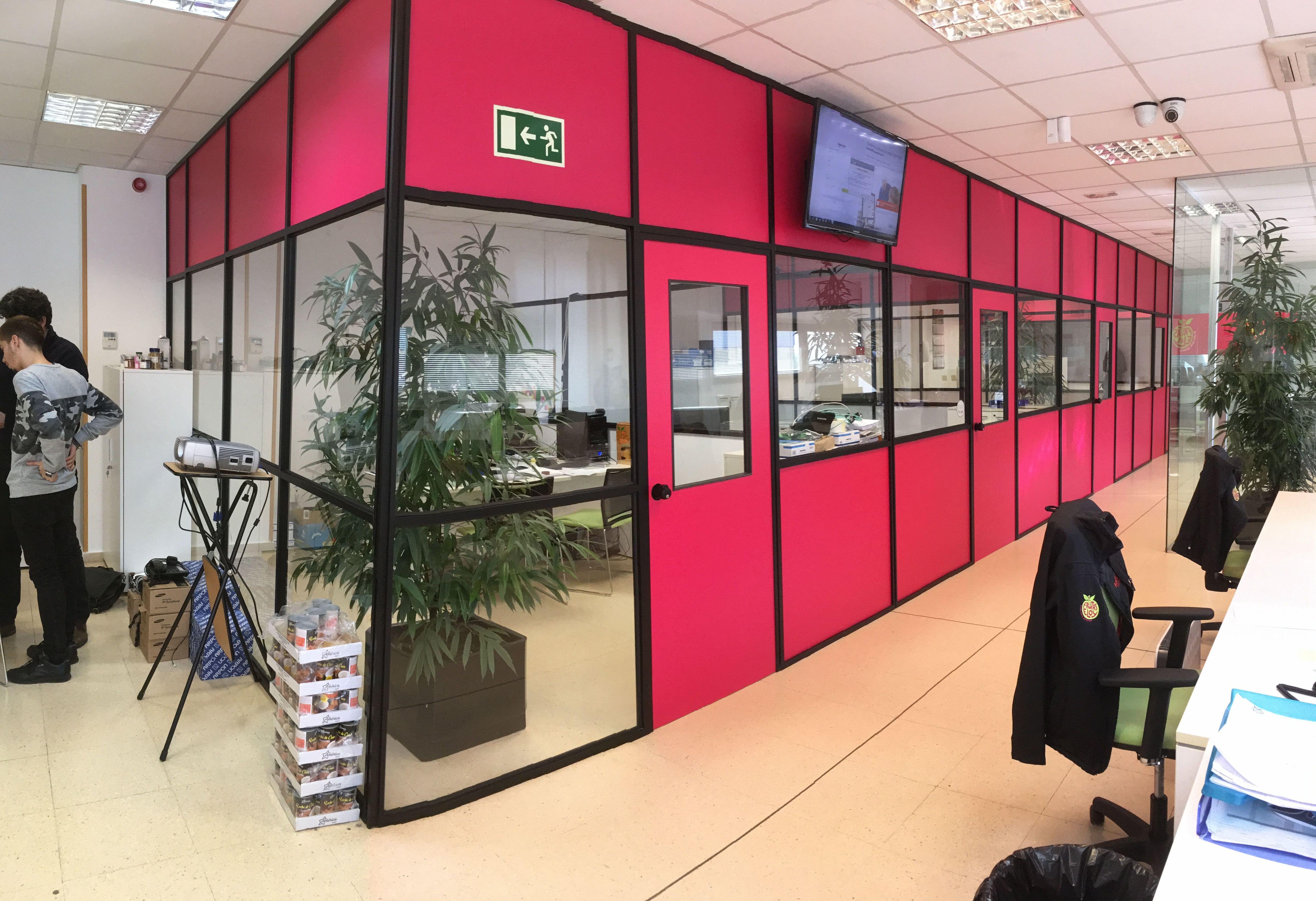 decoración de oficinas en vinilo con color corporativo
