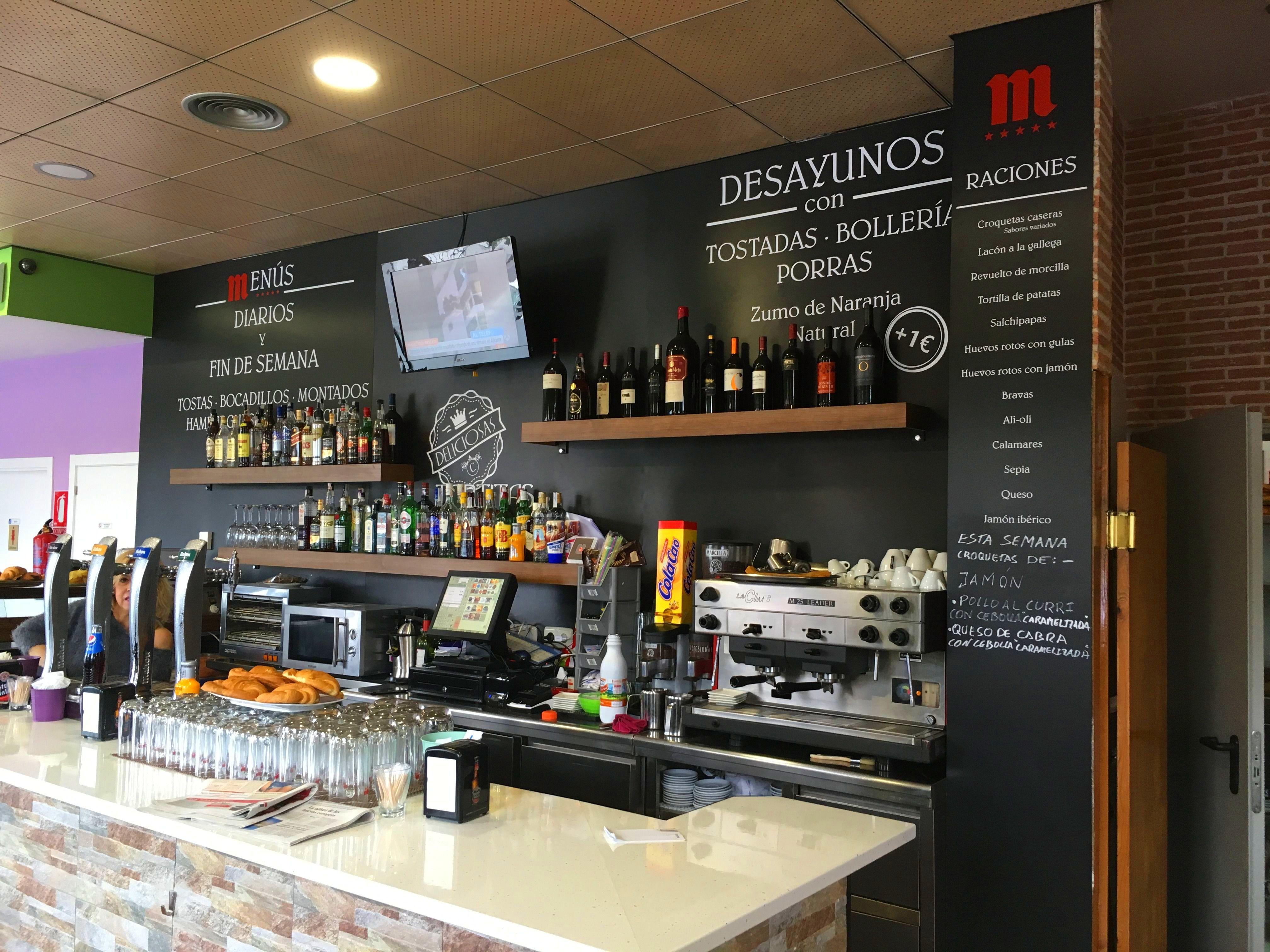 Rotulación interior del Bar Canalejas con pizarra en toda la pared y vinilos decorativos