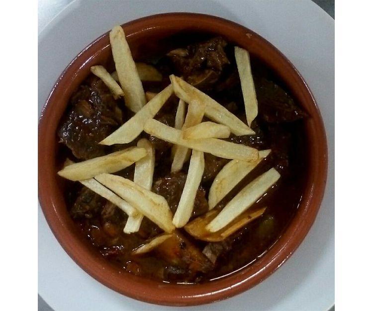 Carne de cabra con patatas fritas