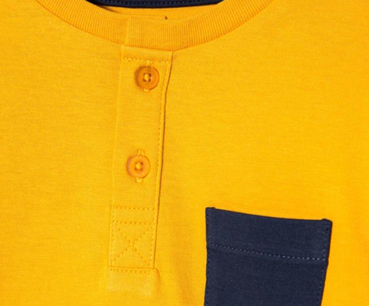 Detalle camiseta manga larga amarilla bolsillo azul  antes 5.99 € ahora 3.48€