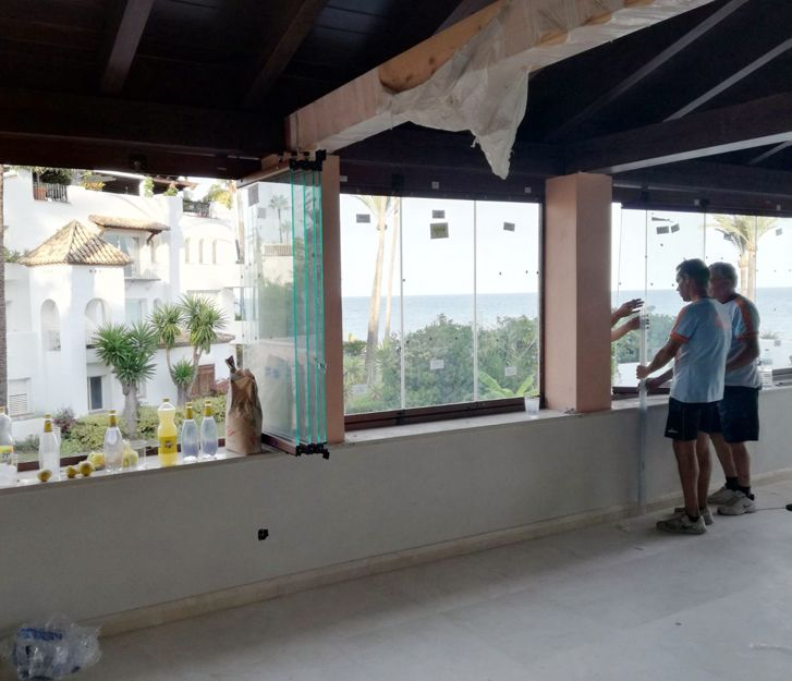 Colocación de cortinas de cristal en Estepona