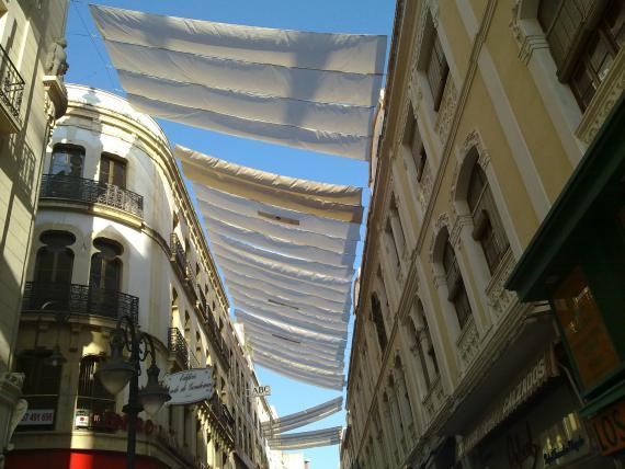 Instalación de toldos en las calles comerciales
