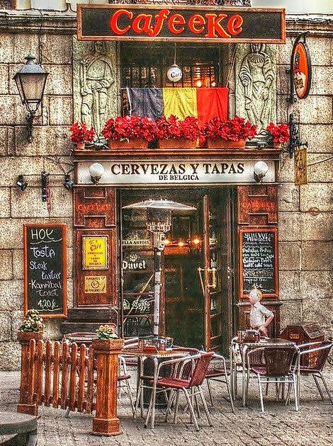 """La puerta de nuestro local. En un edificio con mucha historia y al lado del """"Arco de Cuchilleros"""" de la Plaza mayor"""