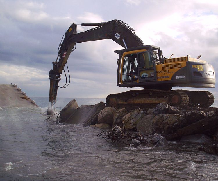 Demolición de un dique de carga en Guadalmina, Marbella