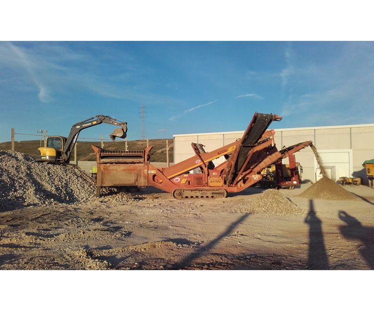 Criba reciclando material procedente de demoliciones