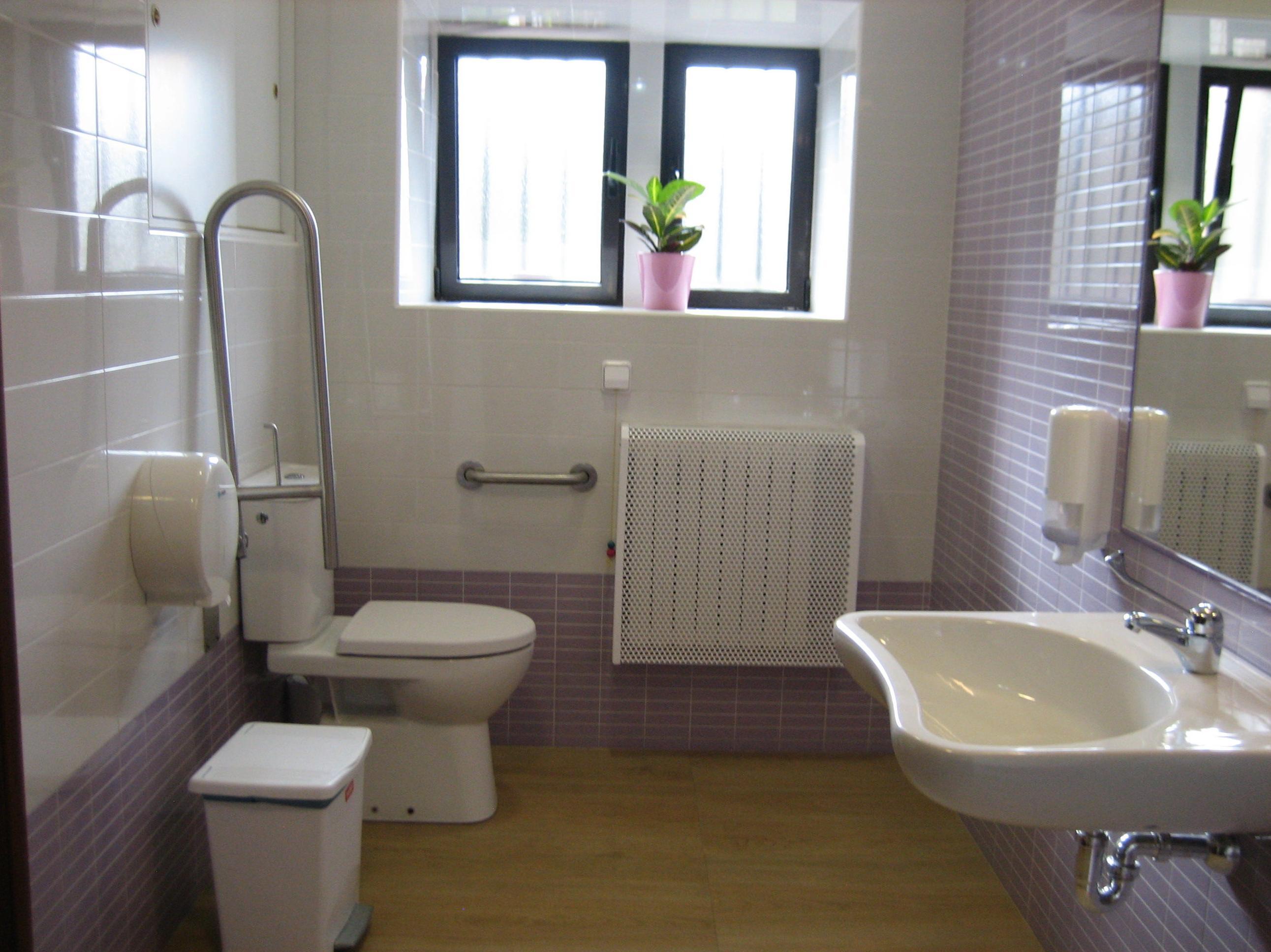 Baños y servicios con las ayudas técnicas necesarias para la seguridad de nuestros residentes