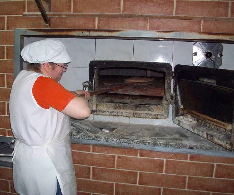 Horno de leña para elaboración de empanadas en Lugo