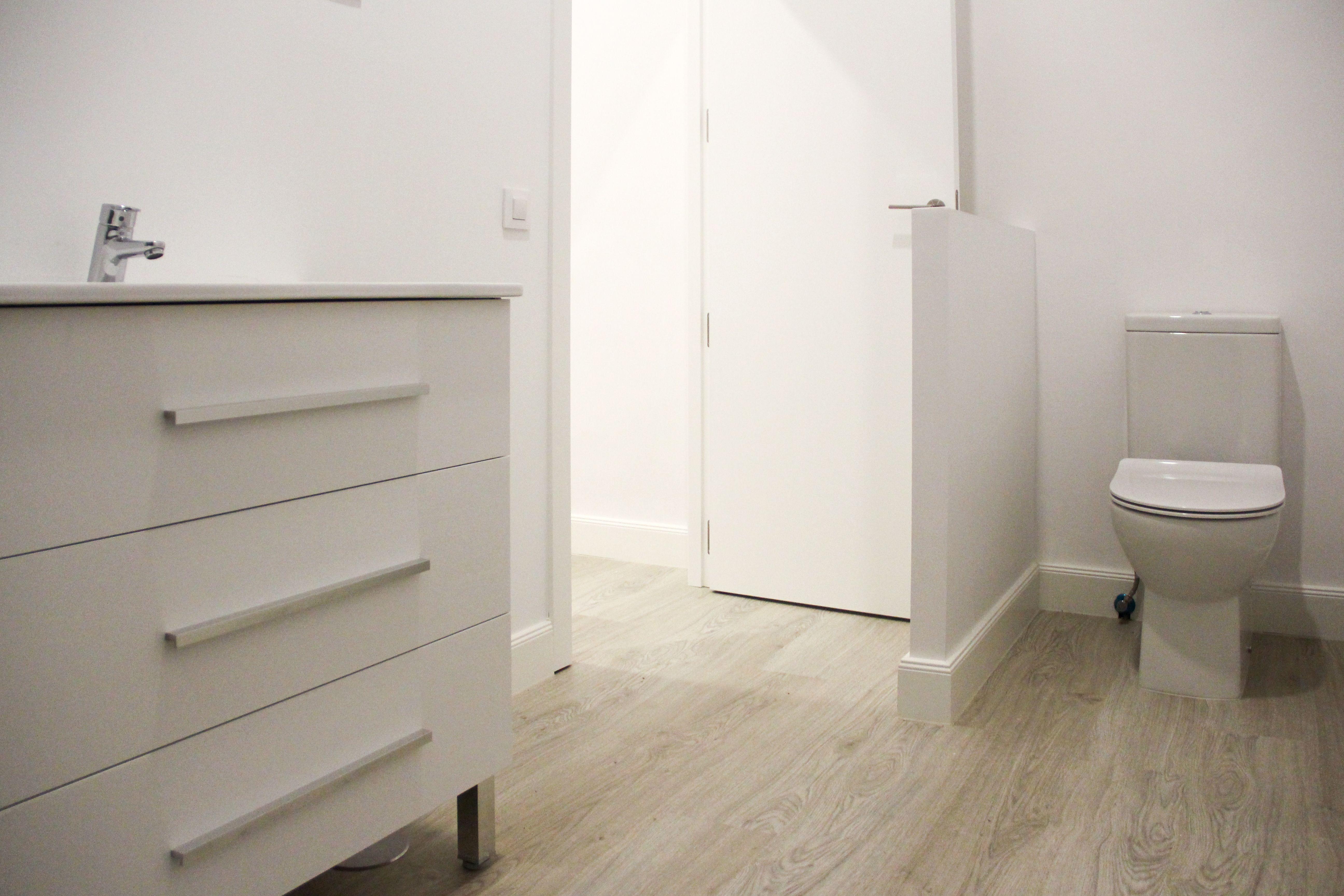 Nos ocupamos de la instalación de sistema de tuberías, sanitarios, bañeras, platos de ducha...
