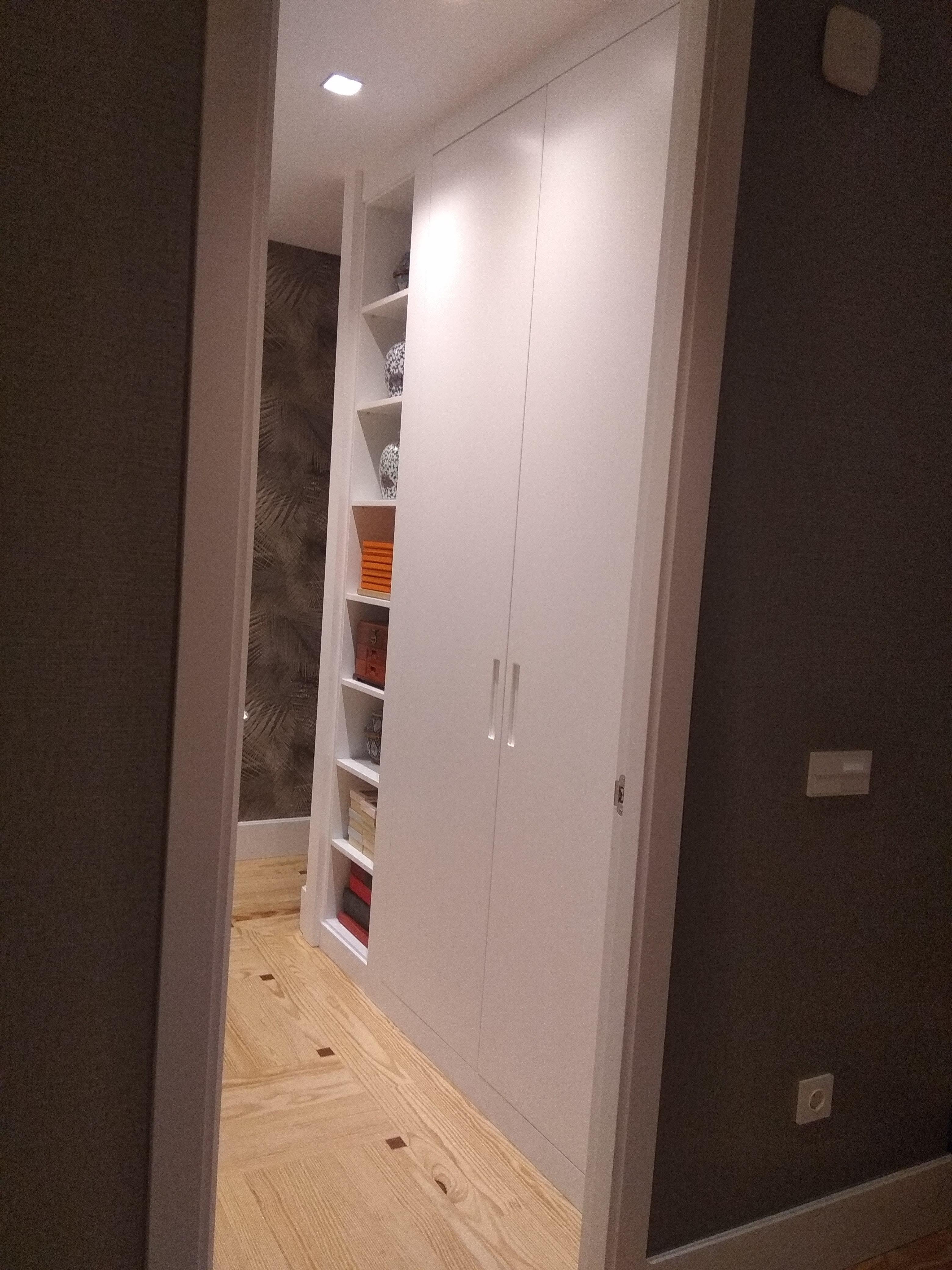 Frente de armario lacado con uñero embutido y hornacina con baldas móviles