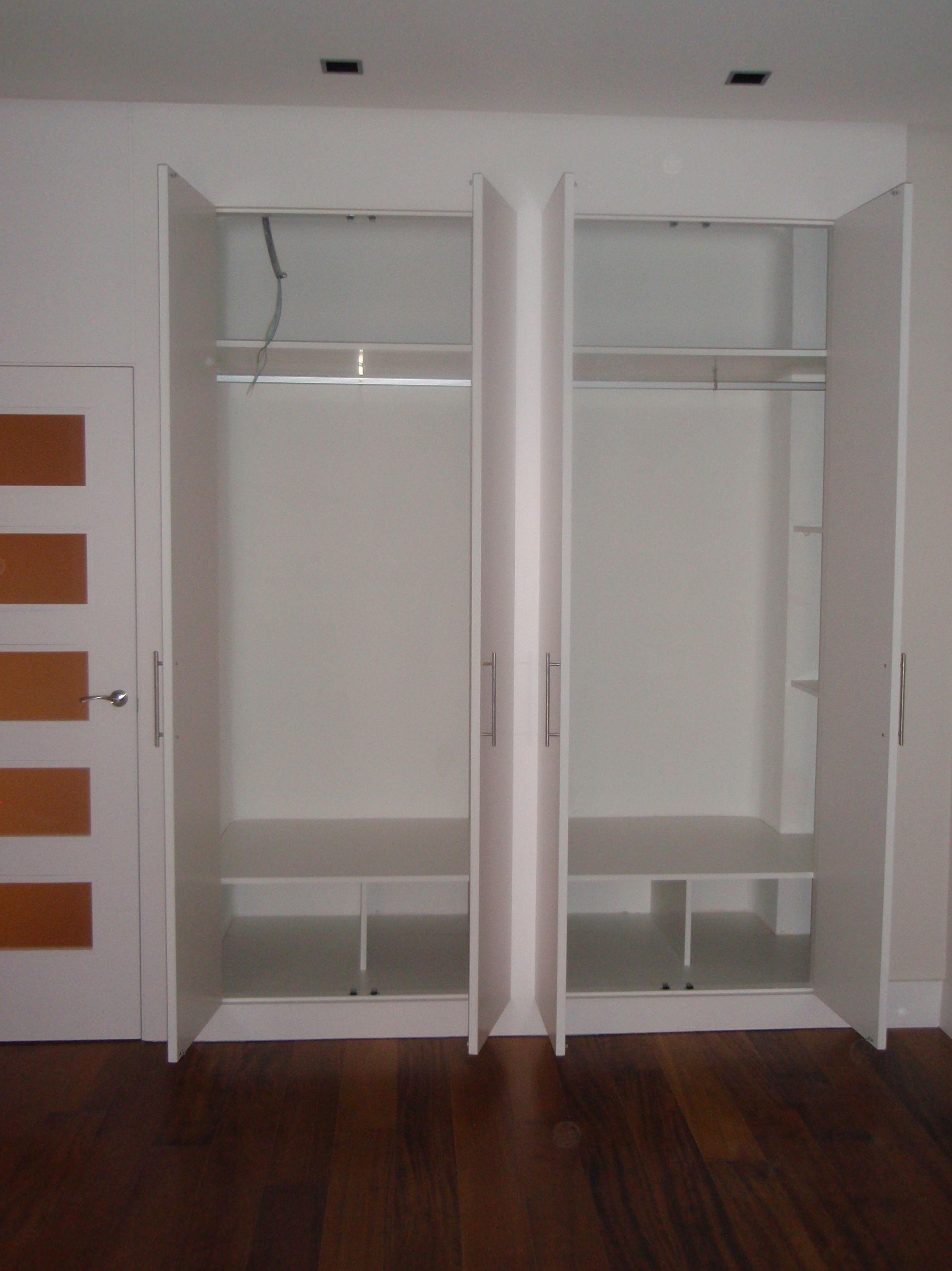 Interior amplio de armario empotrado