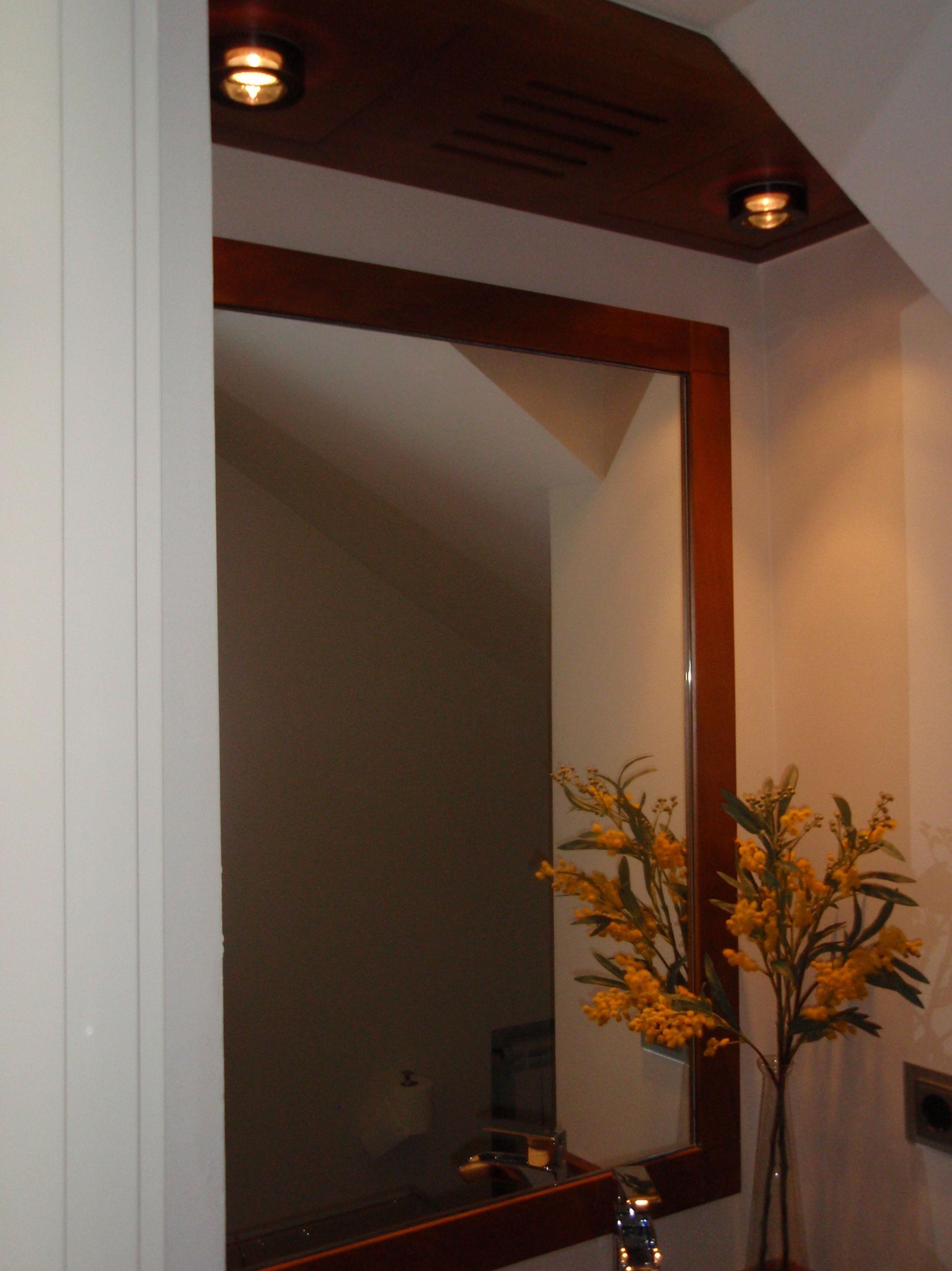 Espejo de madera y lucernario Aseo