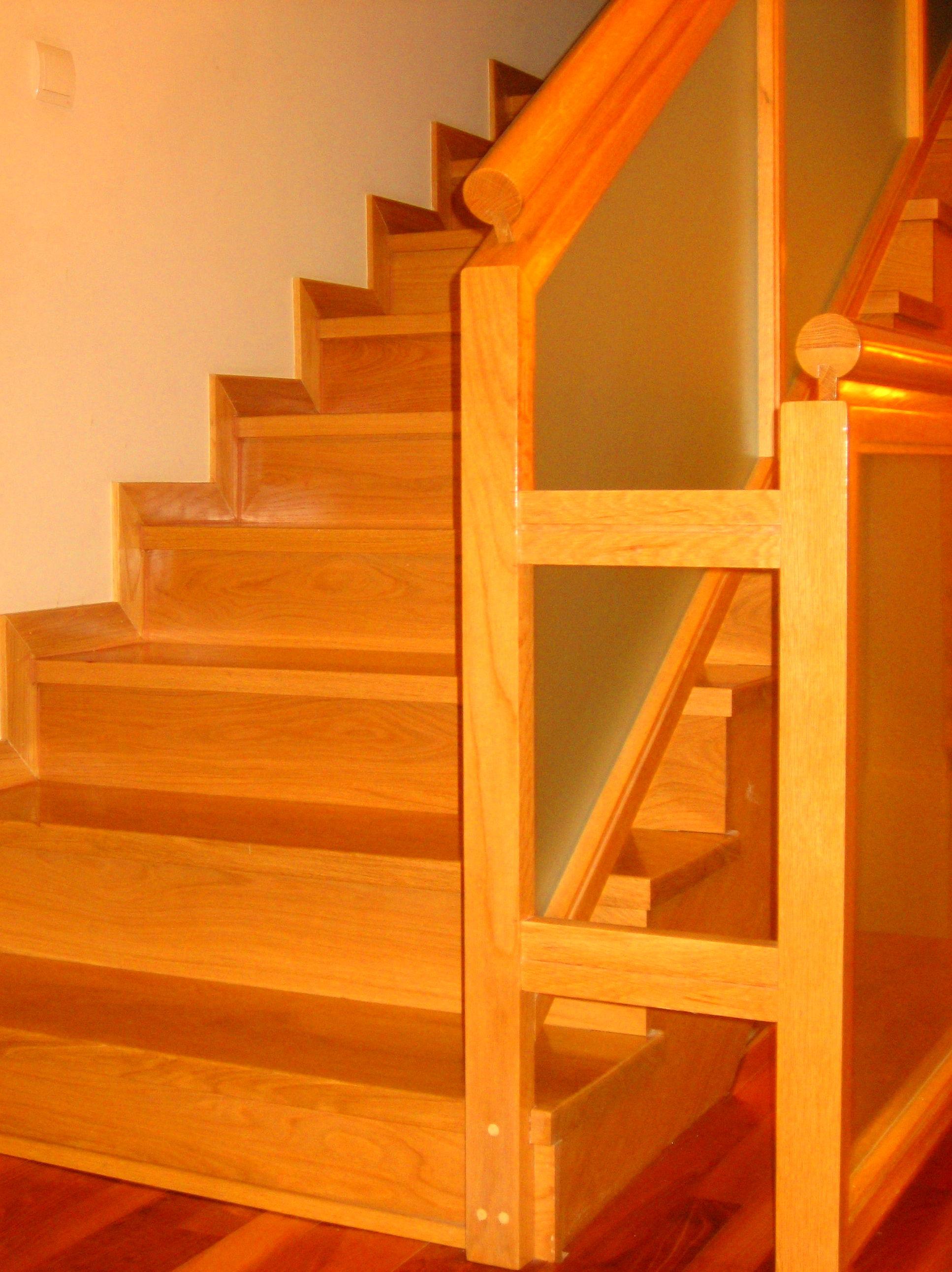 Escalera de madera con barandilla de madera