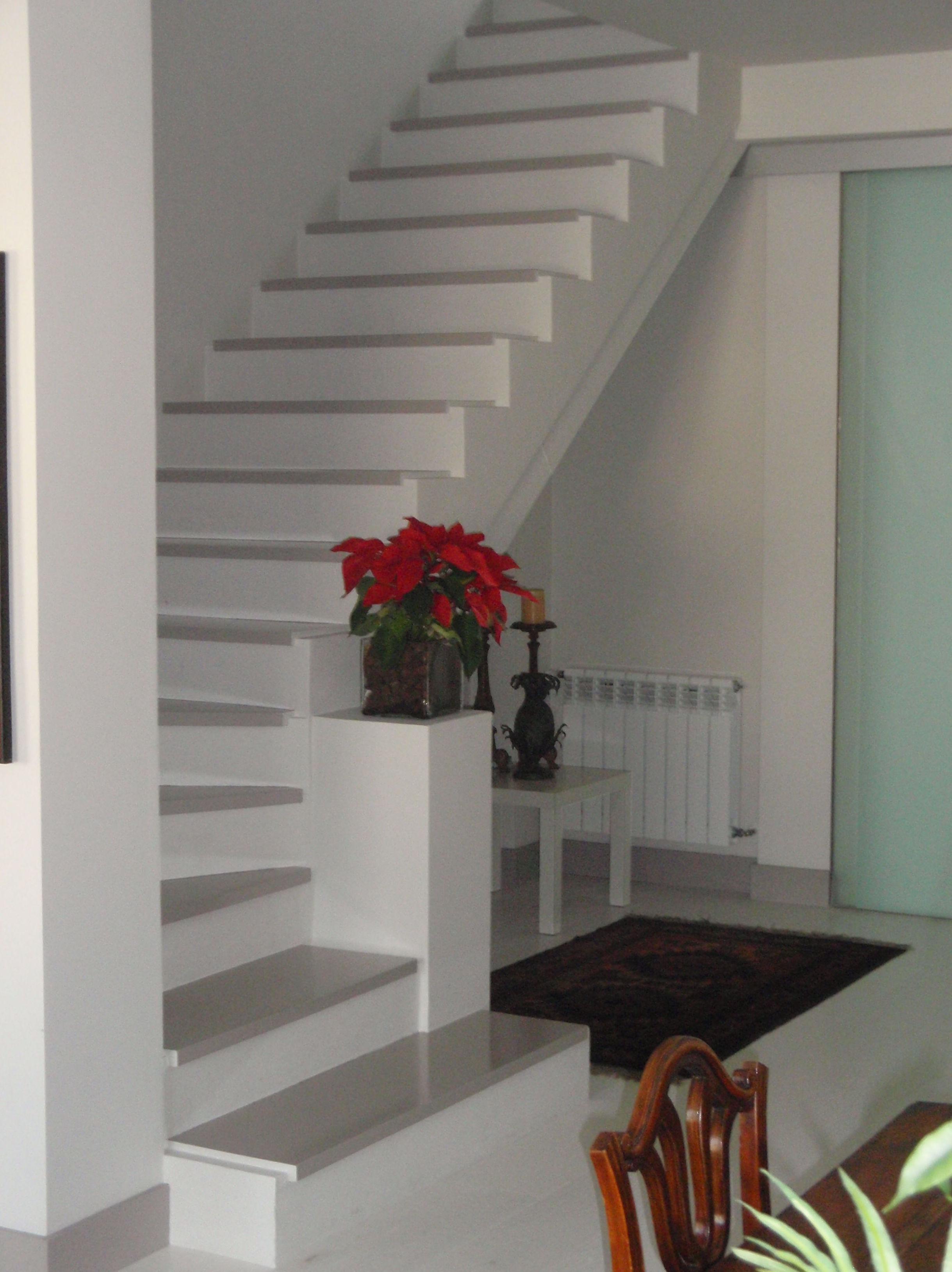 Escalera de acceso a piso superior
