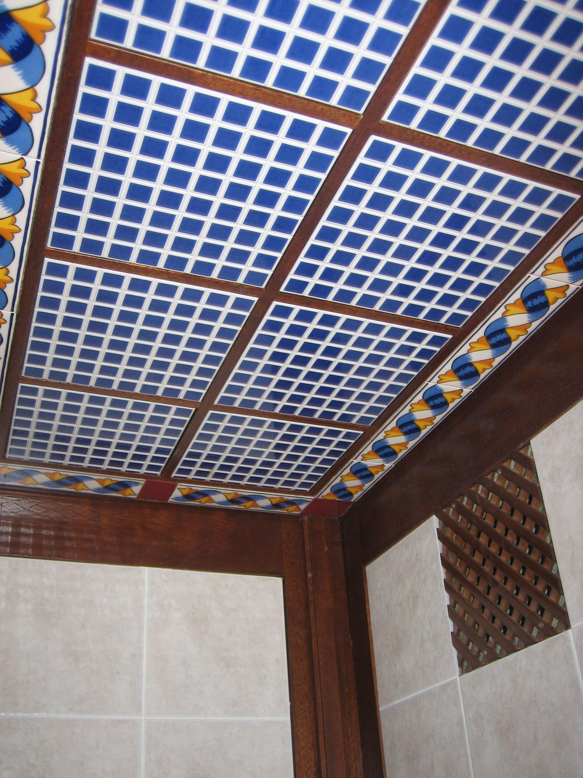 Techos de madera decorado con azulejos