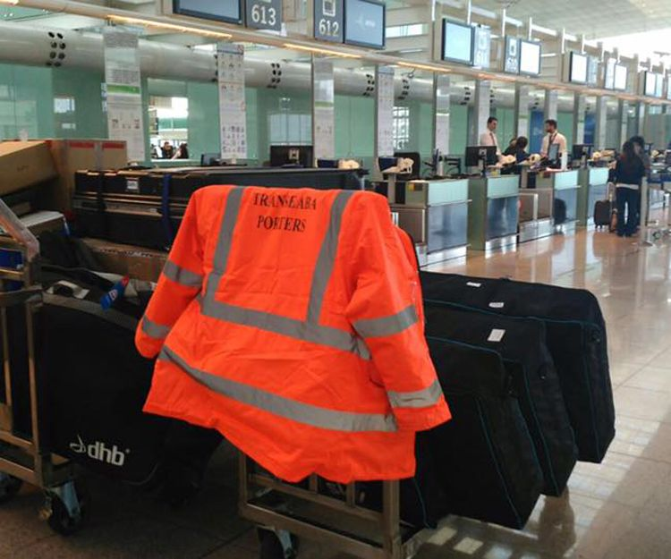 Asistente del viajero en el aeropuerto de Barcelona