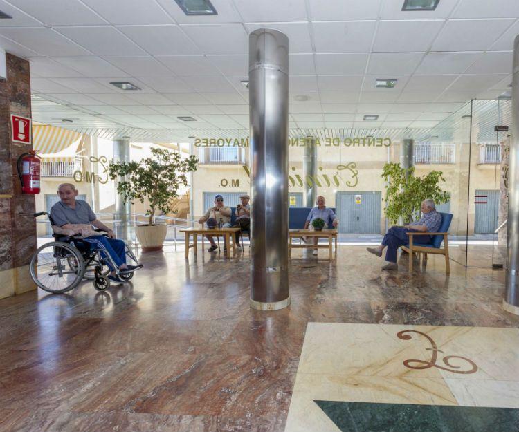 Amplia sala de estar para residentes