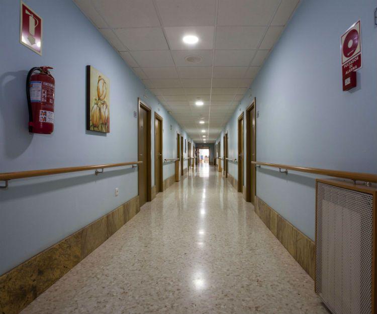 Amplios pasillos y habitaciones en centro para mayores