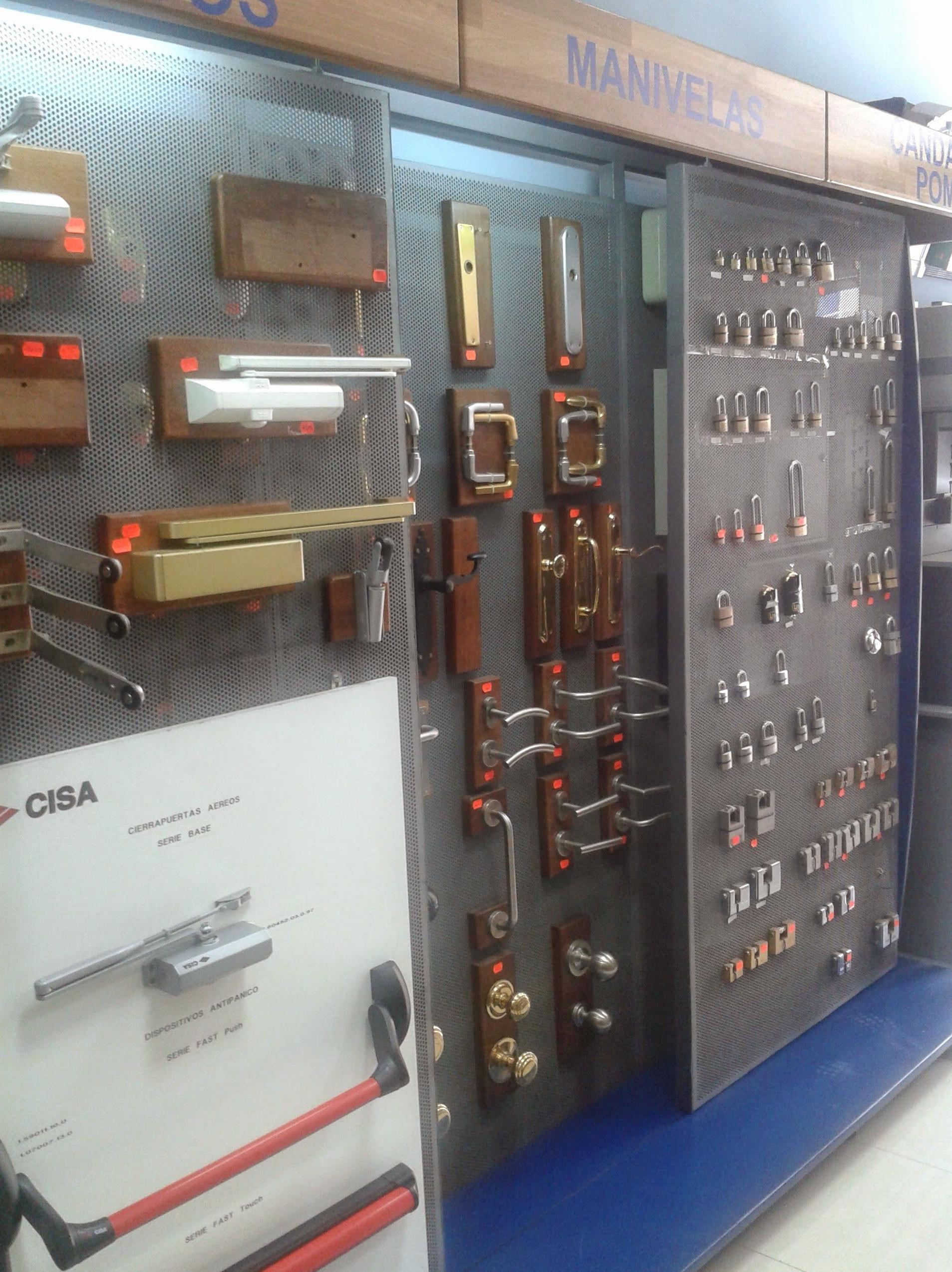Manivelas y candados en la Cerrajería Hernández