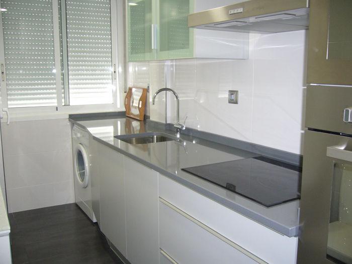 Foto 14 de muebles de ba o y cocina en zaragoza sanvi for Cocinas blancas y grises