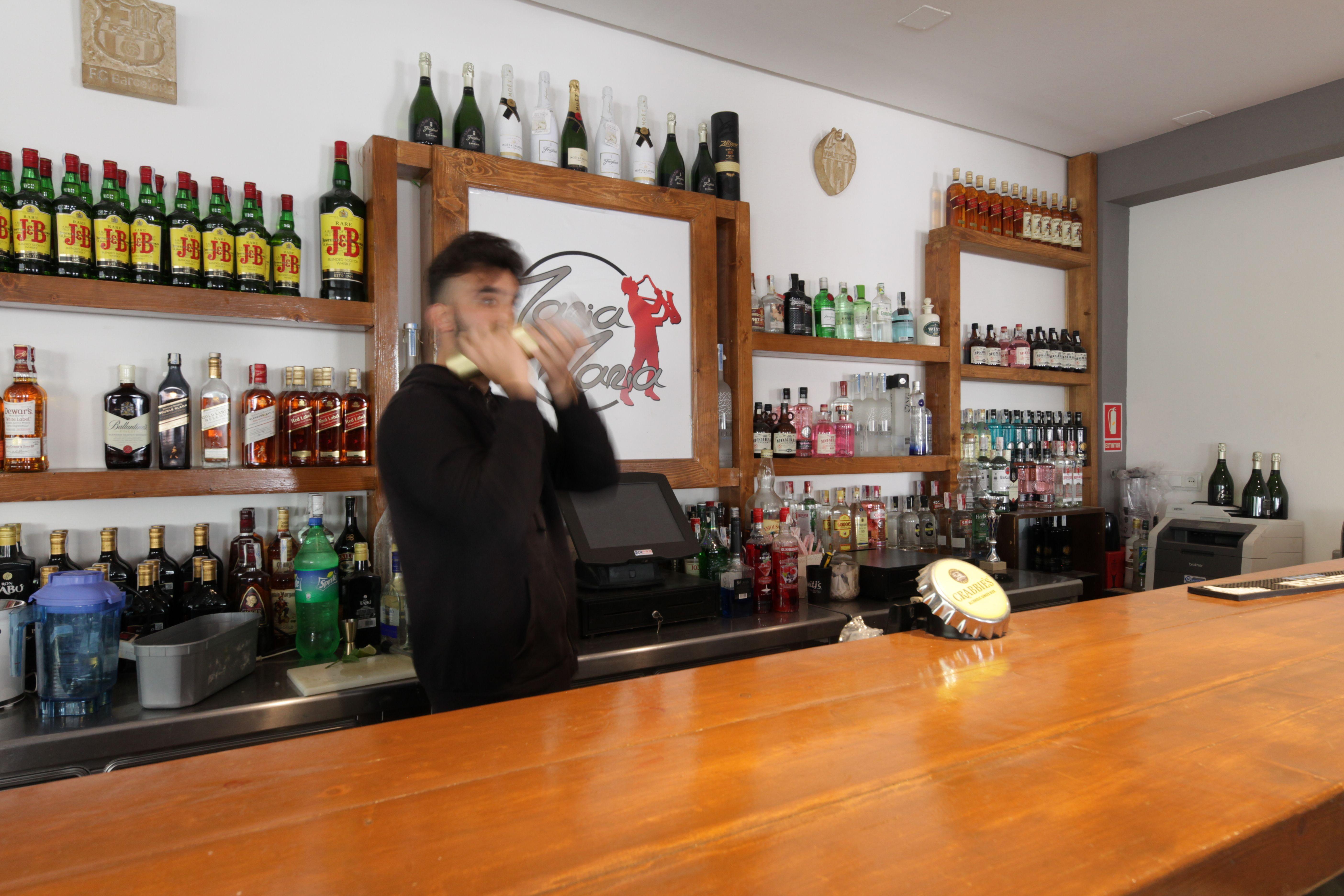 Preparamos exquisitas copas con bebidas de primeras marcas
