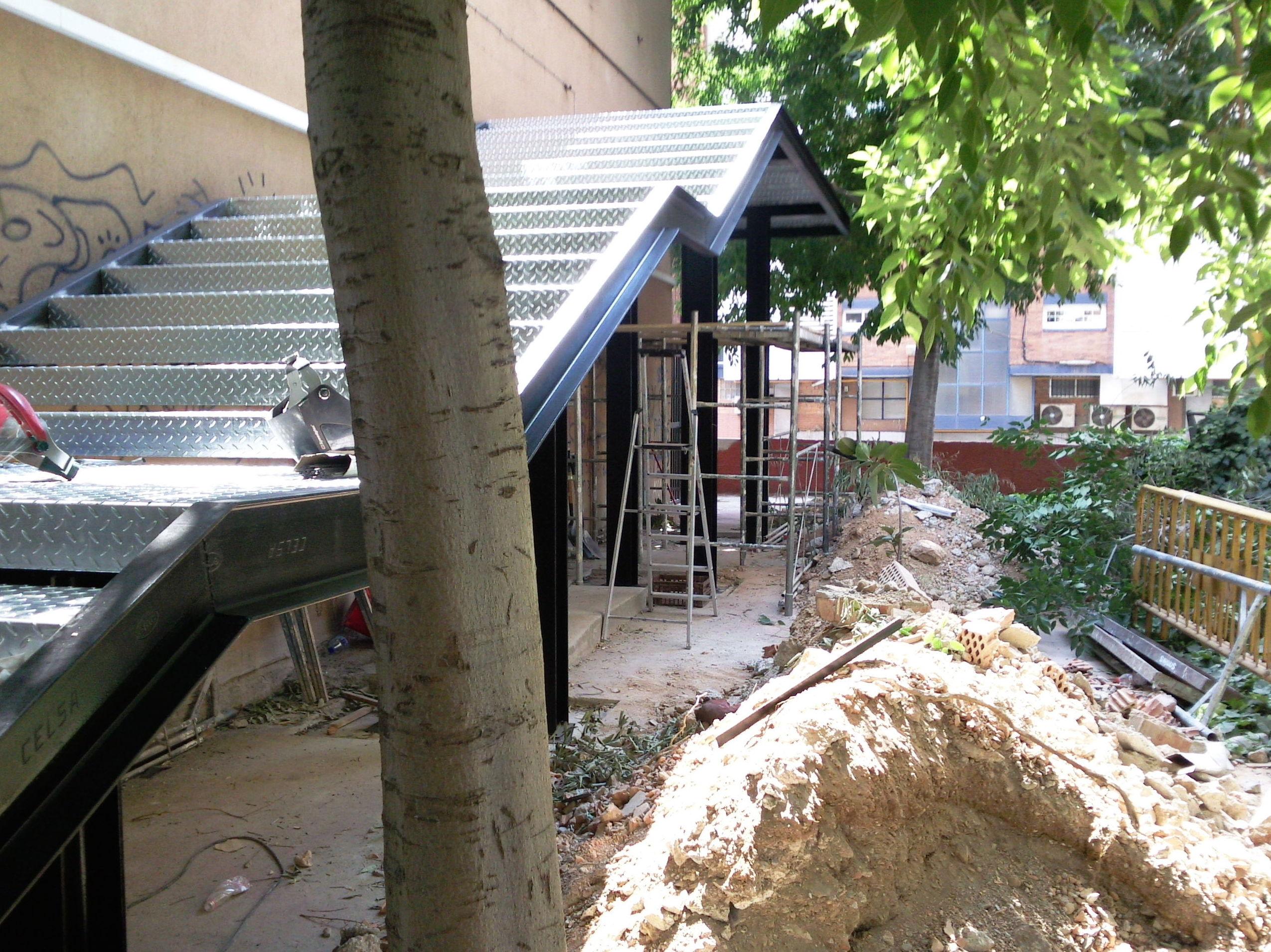 Instalación de escalera metálica