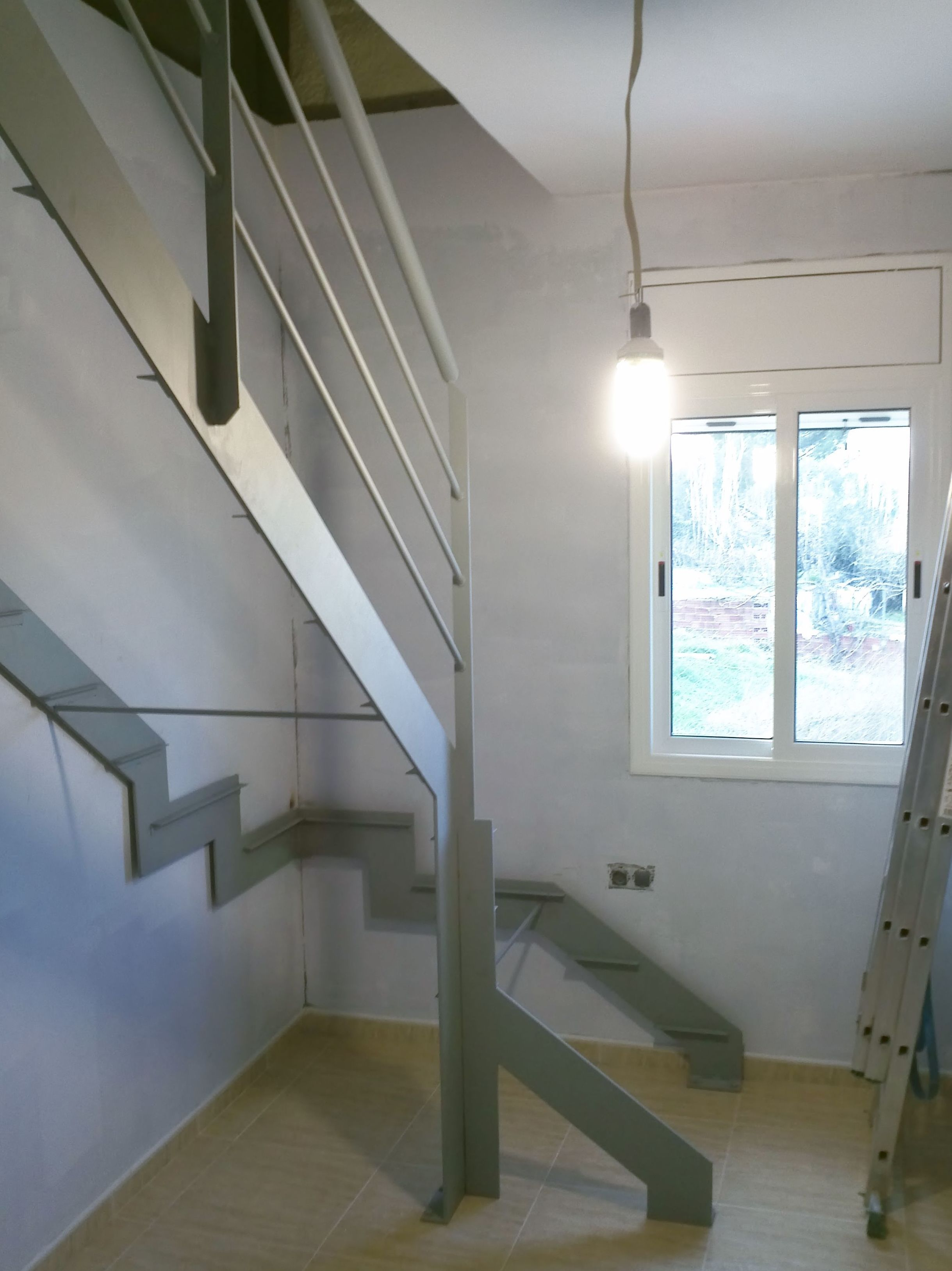 Realización de escalera metálica interior