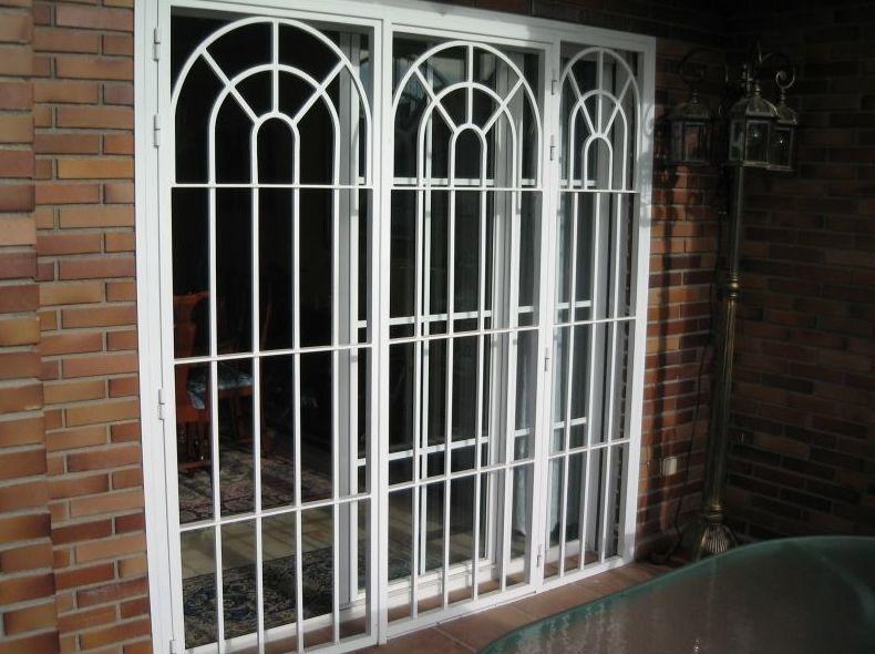 Puerta de rejas con macizo