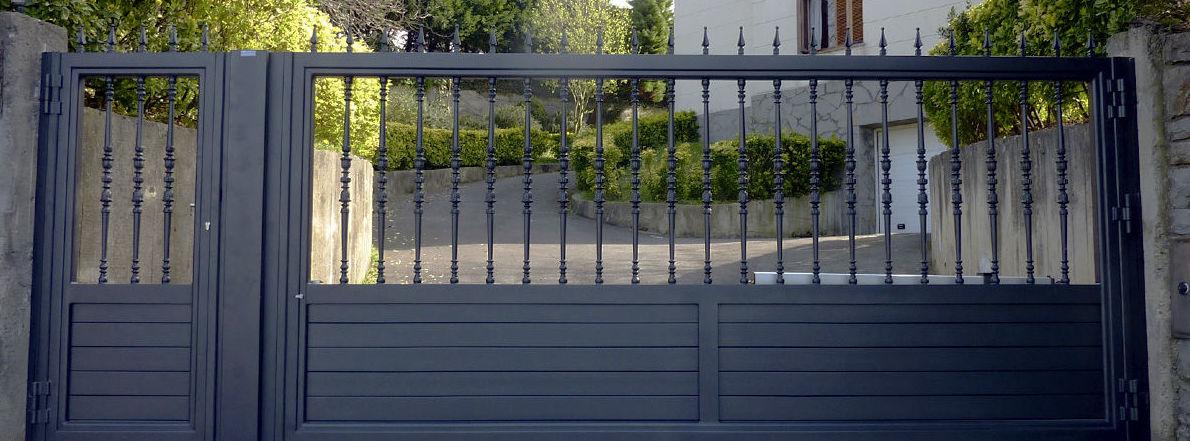 Puerta con zócalo de tubo y barrote ornamental con puntas de lanza