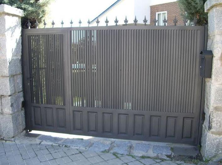 Puerta de lamas de chapa con zócalo de cuarterón
