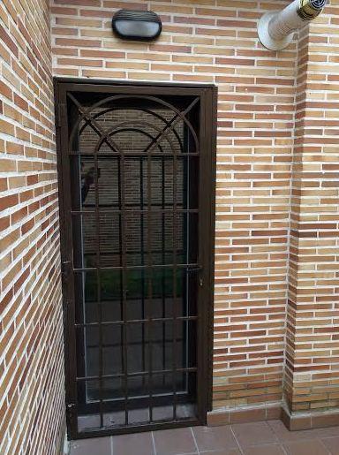 Puerta de reja con macizo