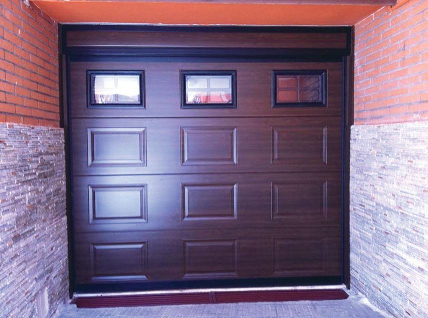 Puerta seccional de cuarterón en madera oscura