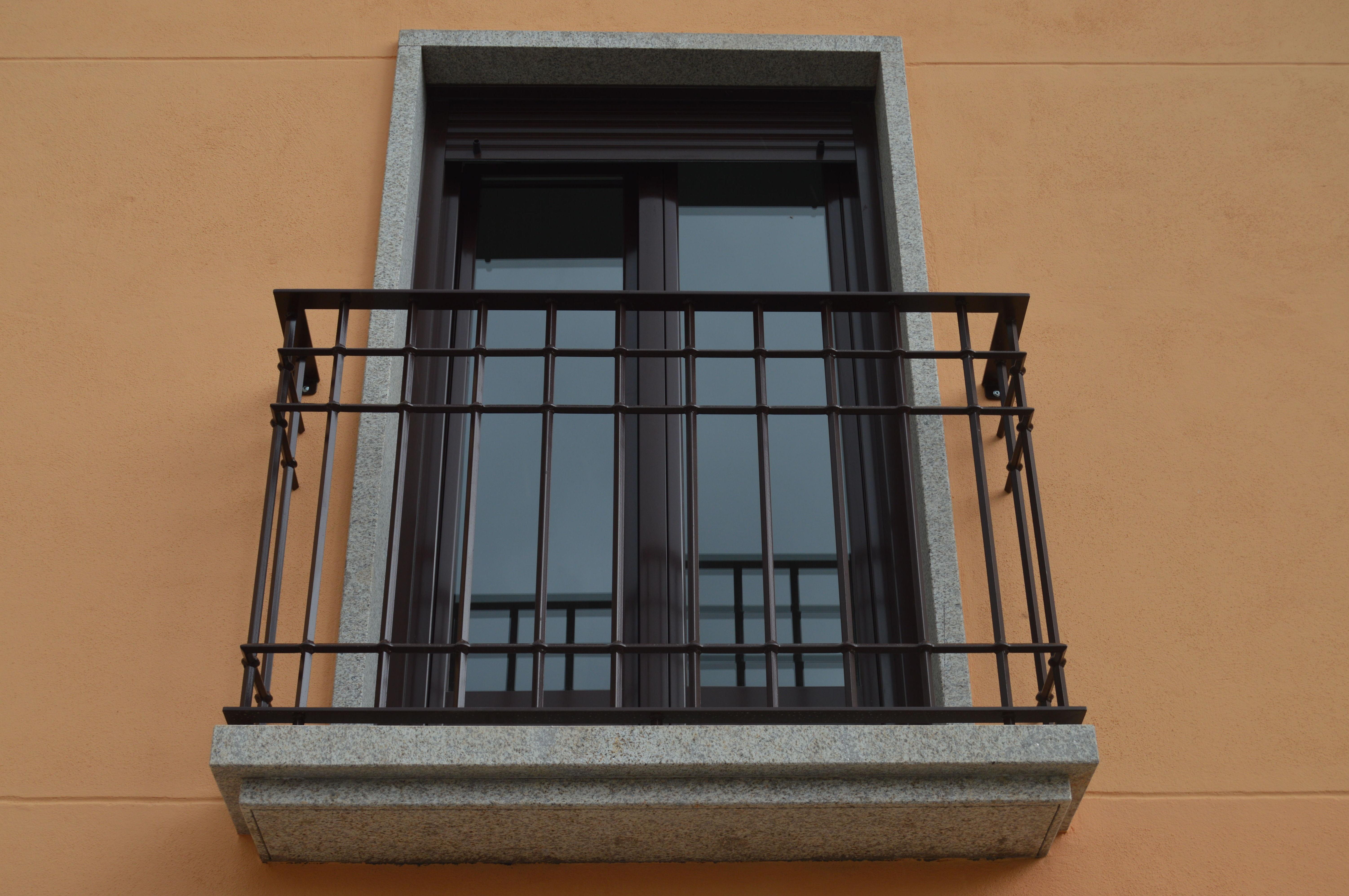 Balcón con barrotes de forja