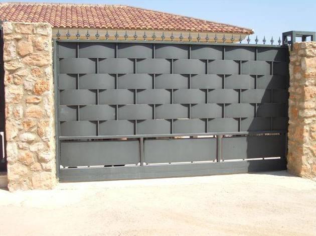 Puerta de chapa engarzada