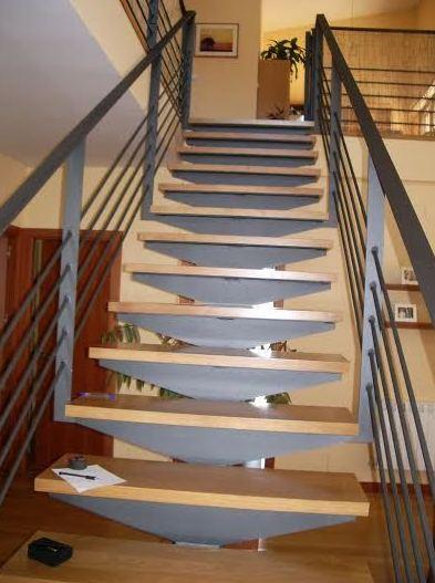 Escalera interior de metal y madera