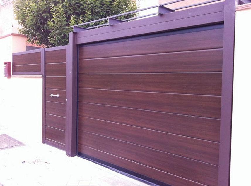 Puerta seccional lisa de madera