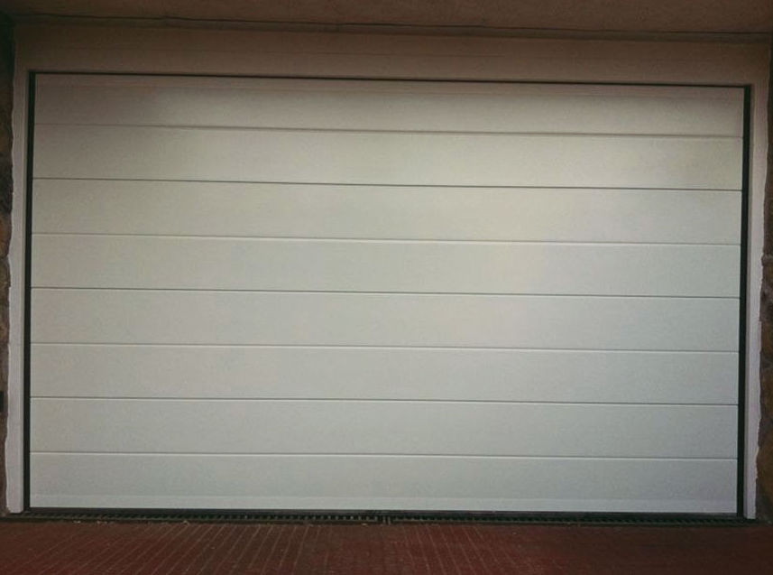 Puerta seccional lisa blanca