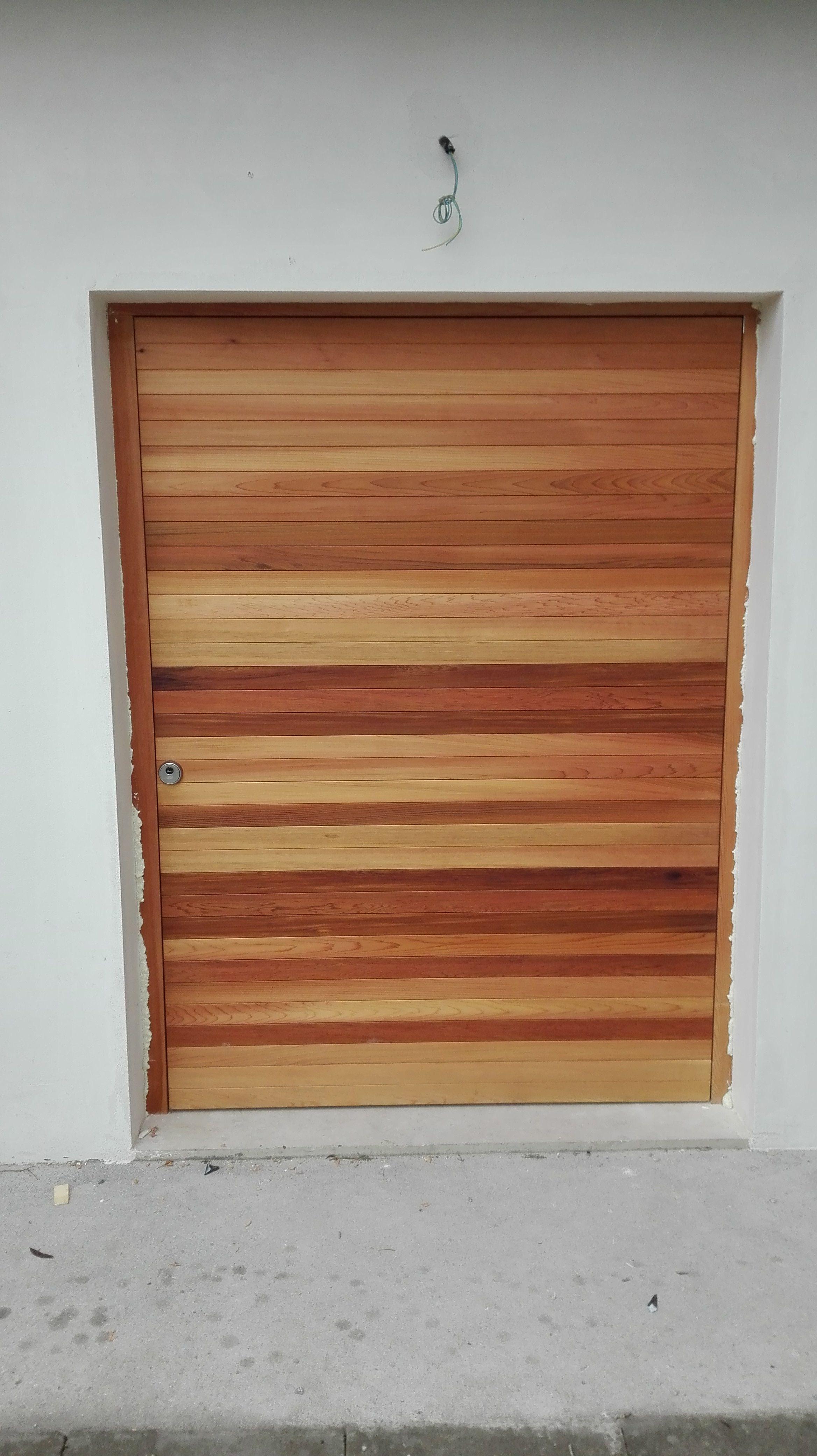 Puerta basculante exterior en Santander