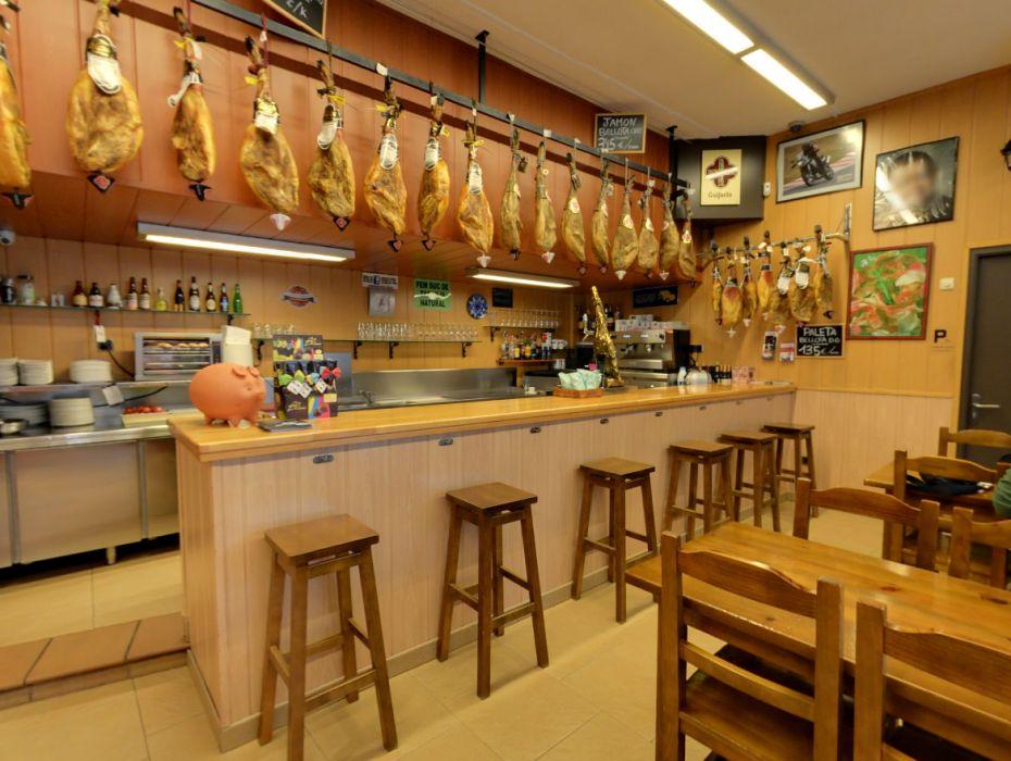 Tienda con jamones ibéricos en Manresa