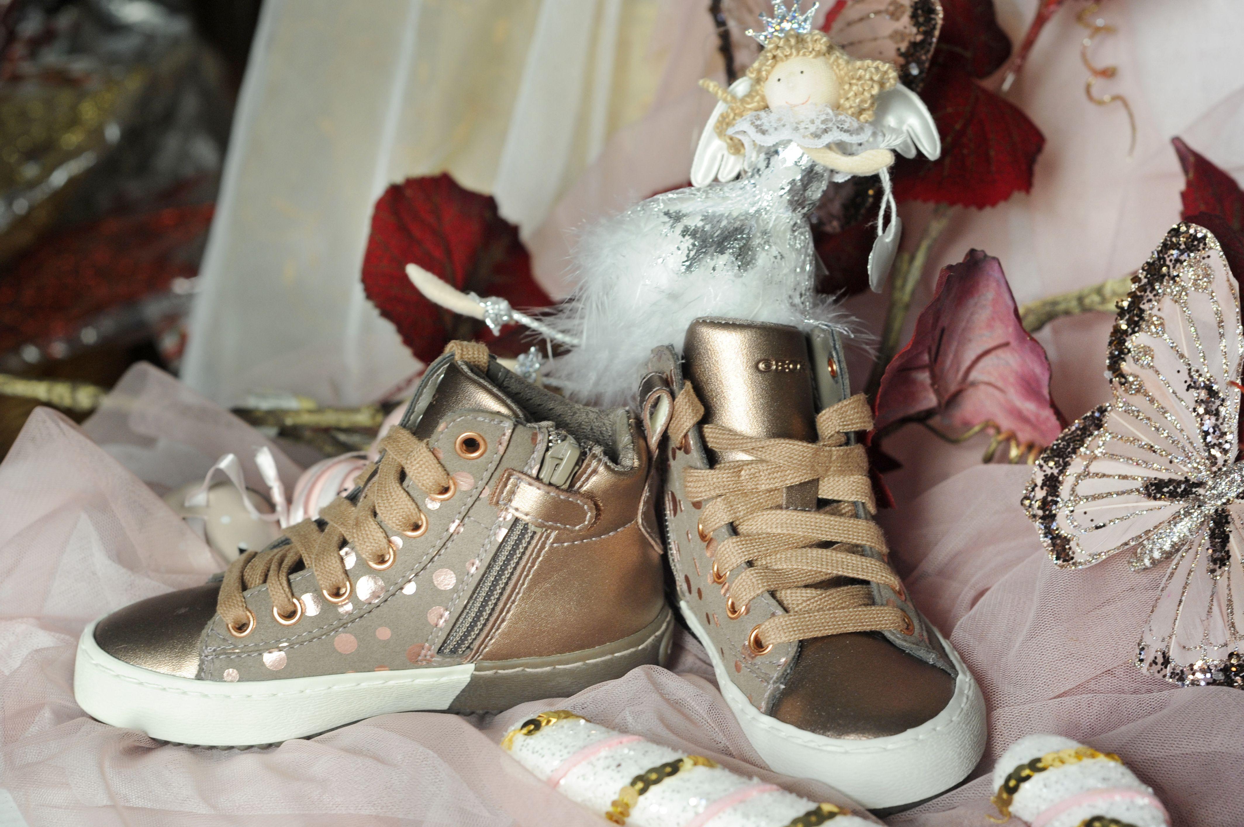Zapatillas modernas con dorados