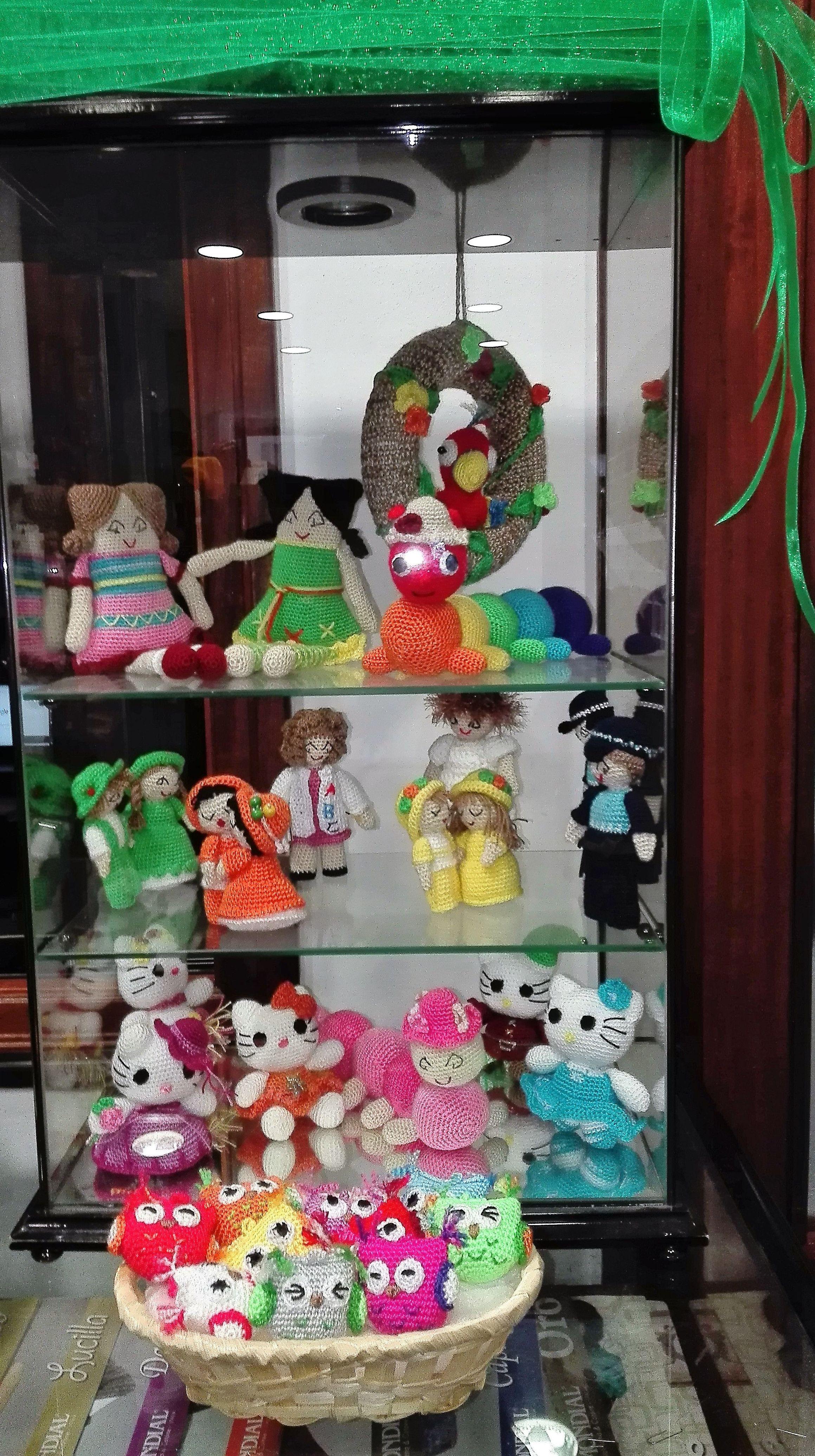 Gran variedad de muñecos de ganchillo