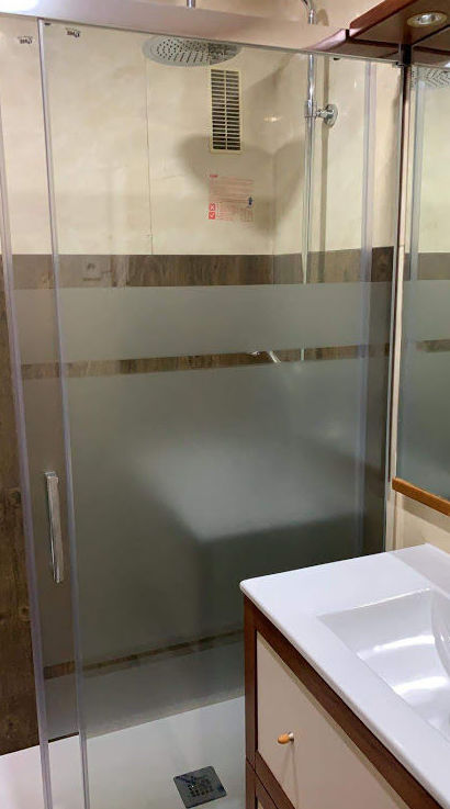 cambio de bañera por plato de ducha, mampara con serigrafia