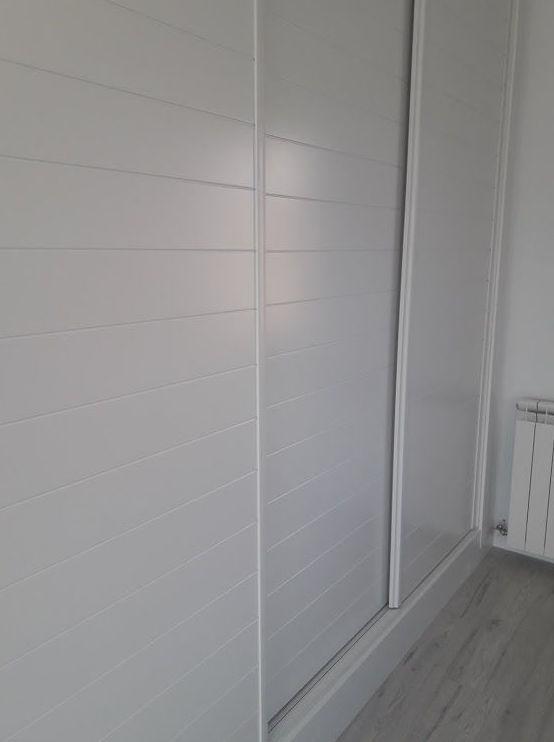armario lacado con tres hojas correderas