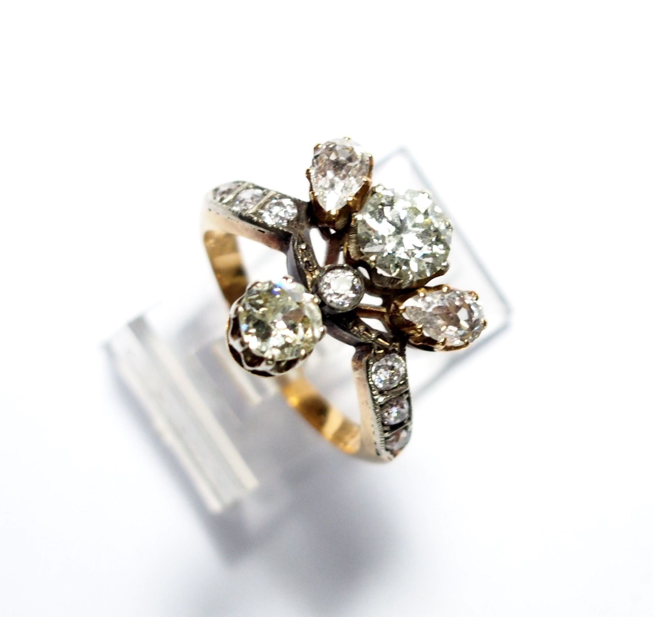 Sortija de oro de 18k con diamantes y diversas tallas. Circa: 1910-1920: Catálogo de Antigua Joyeros