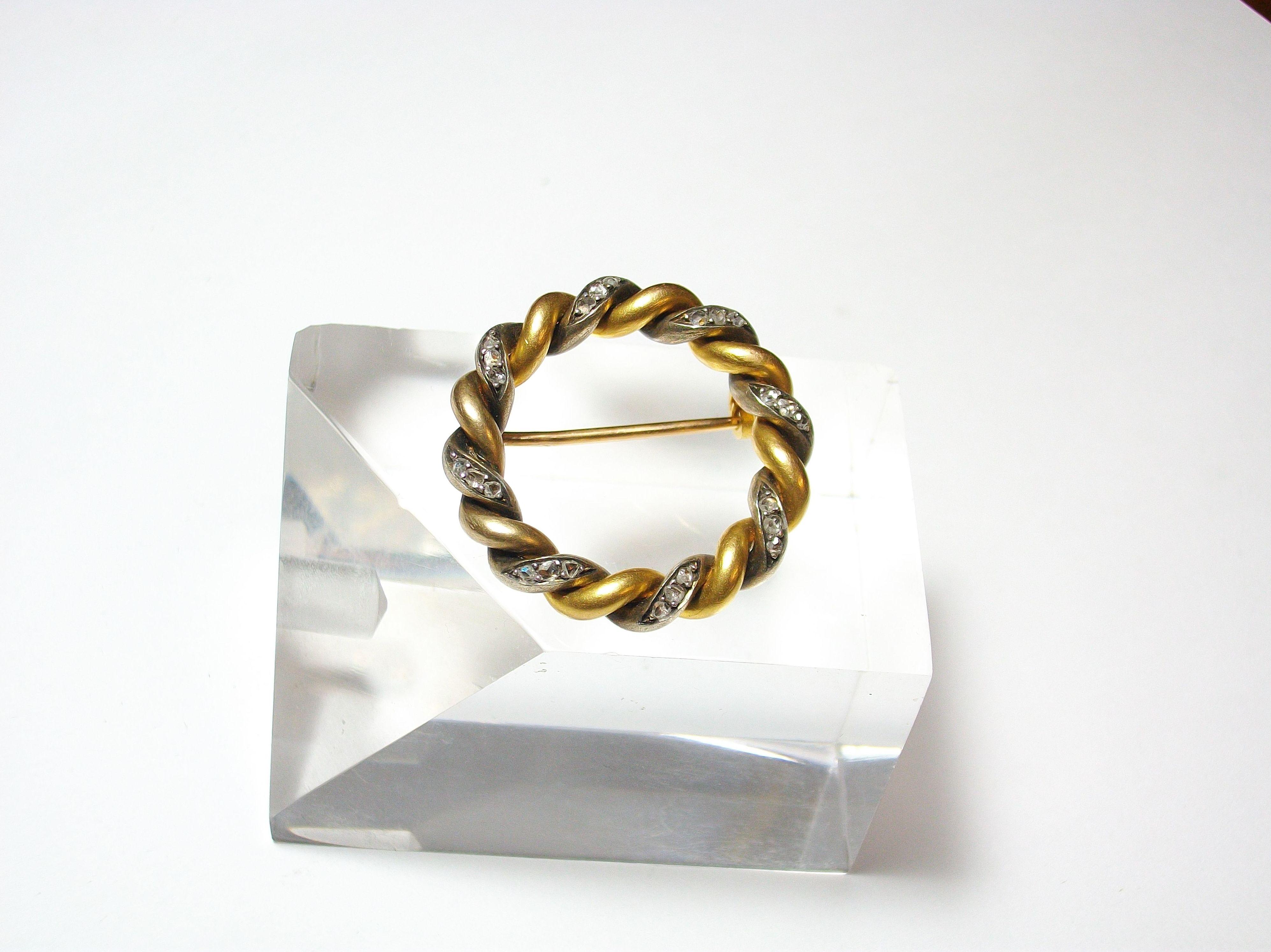 Broche circular realizado en oro de 18k con vistas en plata y diamantes talla tres facetas . Segunda mitad S. XIX.