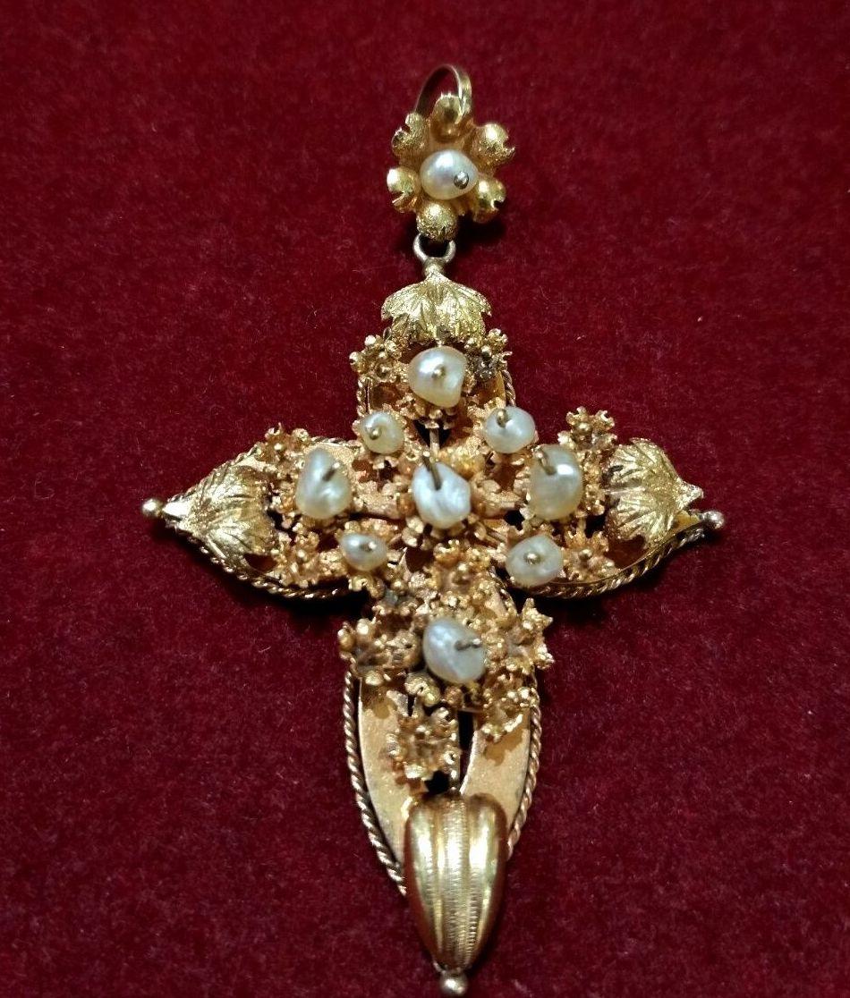 Colgante de cruz en oro amarillo de 18k y perlas. Finales S.XIX.: Catálogo de Antigua Joyeros