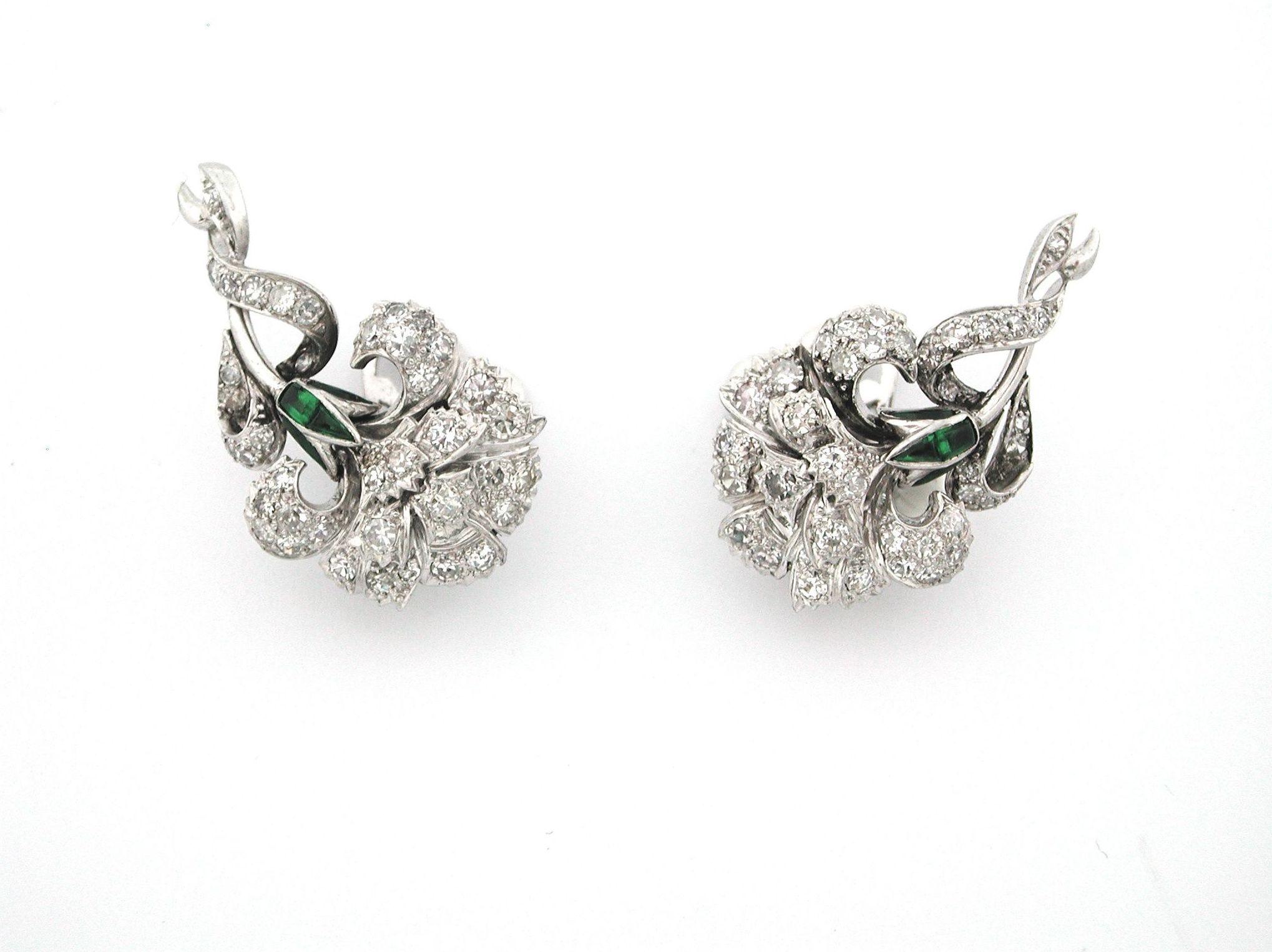 Pendientes de claveles en platino con diamantes y esmeraldas. Circa 1950: Catálogo de Antigua Joyeros