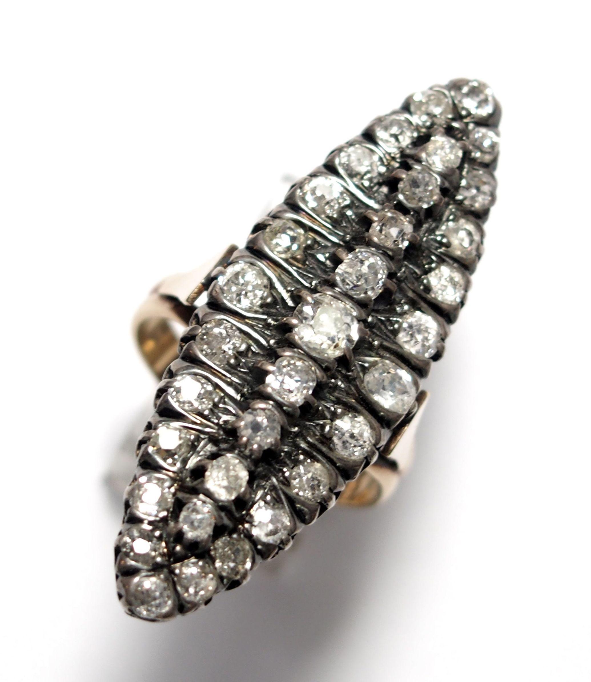 Sortija lanzadera realizada en oro de 18k con vistas de plata y diamantes con talla rosa. Último cuarto del s. XIX.