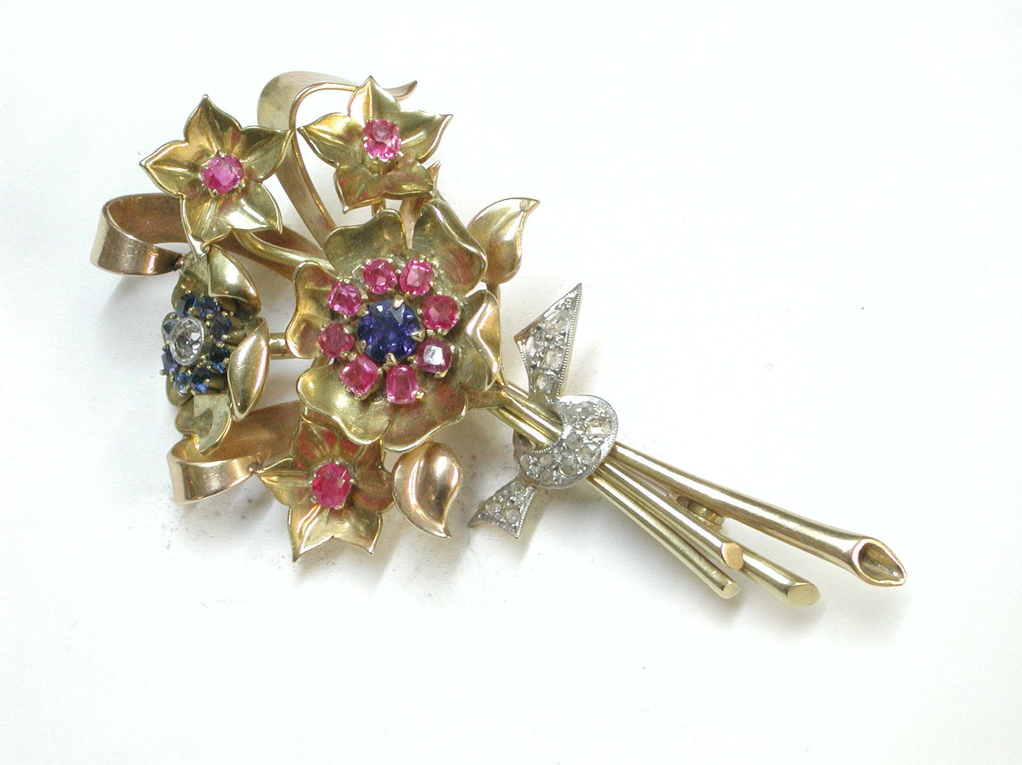 Broche bouquet de oro con diamantes, rubies y zafiros. Circa 1930.: Catálogo de Antigua Joyeros