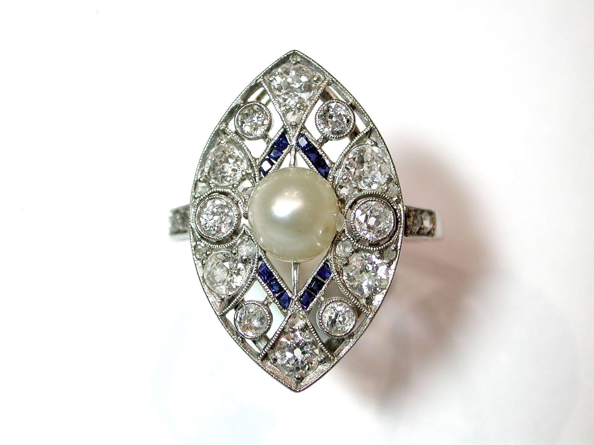 Sortija Art Decó realizada en platino con brillantes talla antigua, zafiros calibrados y perla cultivada. Circa: 1920-1930.